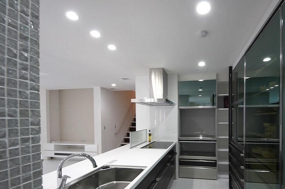 白基調にガラス素材が映える家