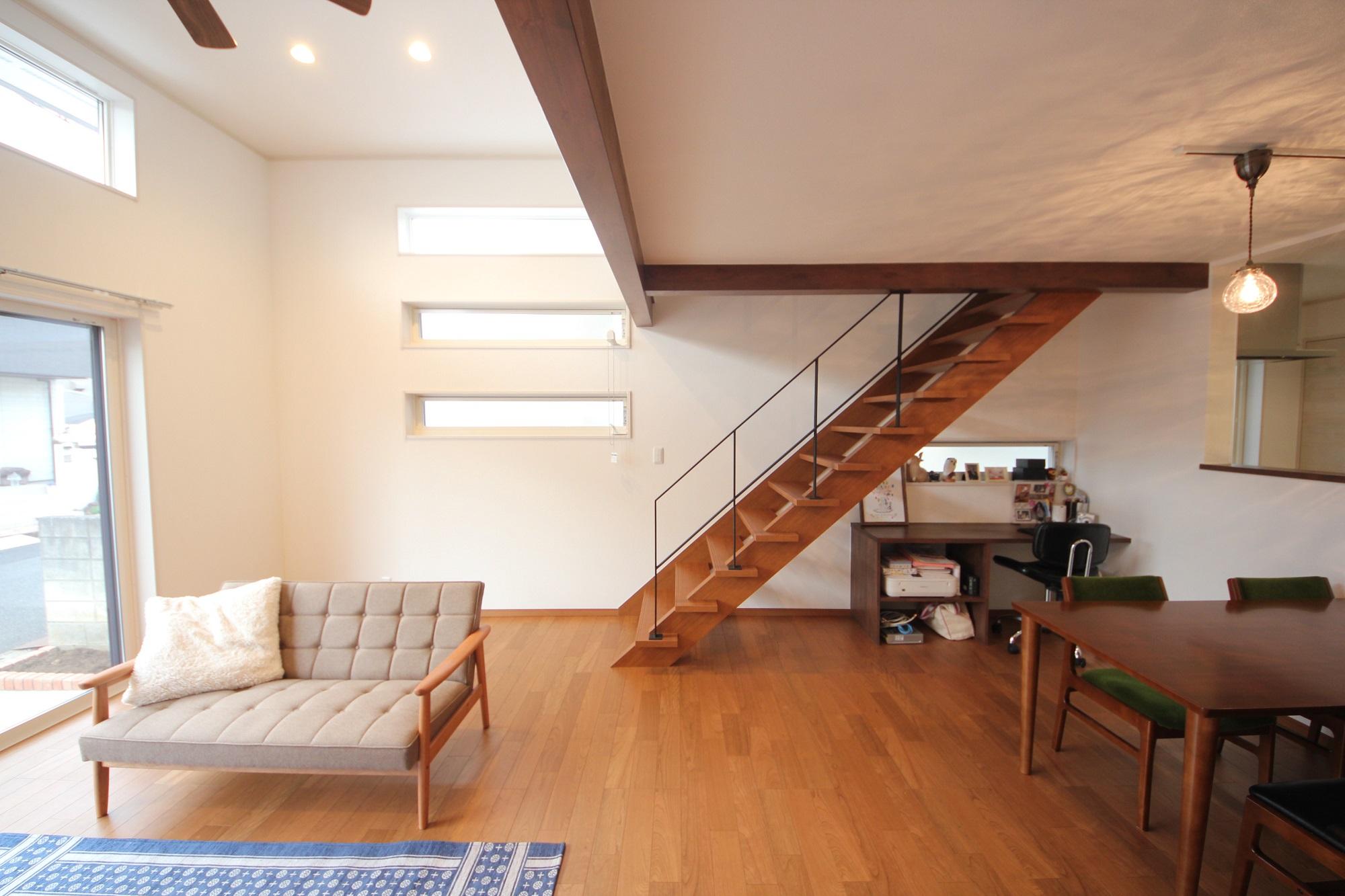 チェリー色で統一された床・階段・家具